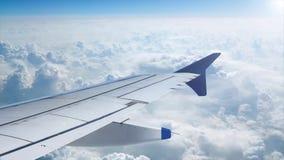 Het vliegen boven blauwe wolken met gezien vliegtuigvleugels stock videobeelden