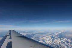 Het vliegen boven de bergen Stock Afbeeldingen