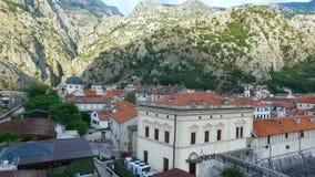 Het vliegen boven de oude stad van Kotor in Montenegro in de Baai van Kotor
