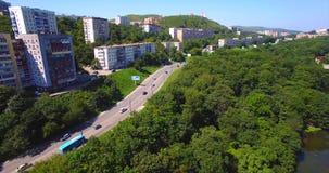 Het vliegen boven de weg met het drijven van auto's in het woondistrict van Vladivostok stock video