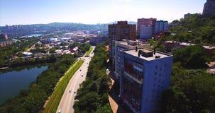 Het vliegen boven de weg met het drijven van auto's in het woondistrict van Vladivostok stock videobeelden