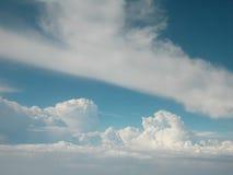 Het vliegen boven de wolken Stock Foto's