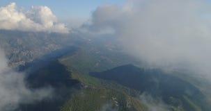Het vliegen boven de Wolken stock video