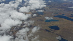 Het vliegen boven de wolken en de meren stock video
