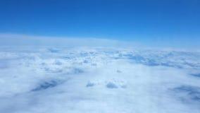 Het vliegen boven de Wolken Mening door een vliegtuigvenster stock videobeelden