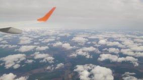 Het vliegen boven de wolken op een passagiersvliegtuig stock footage