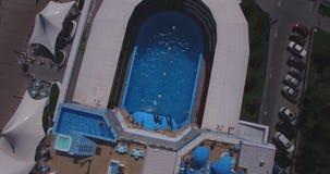 Het vliegen boven dolphinarium tijdens de show stock footage