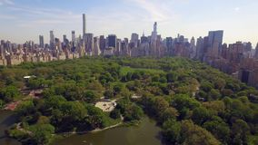 Het vliegen boven het Cental-park in de stad van New York Verbazend luchtbeeld (80 m) stock video