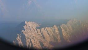 Het vliegen boven het Himalayagebergte stock footage