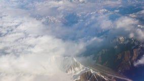 Het vliegen boven het Himalayagebergte stock video