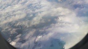 Het vliegen boven het Himalayagebergte stock videobeelden