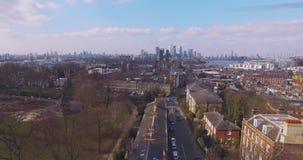 Het vliegen boven surburban de huizen en de flats luchtmening van Londen bij dageraad op zonnige dag stock video