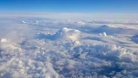 Het vliegen boven het wolkendek in Oostenrijks luchtruim tijdens een stad t royalty-vrije stock afbeelding