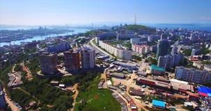 Het vliegen boven het woondistrict van Vladivostok Luchtmening van de stad Rusland stock footage