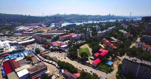 Het vliegen boven het woondistrict van Vladivostok Luchtmening van Mijnpark Rusland stock videobeelden