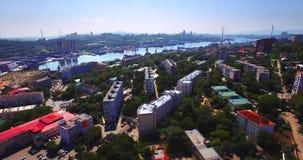 Het vliegen boven het woondistrict van Vladivostok Luchtmening van Mijnpark Rusland stock footage