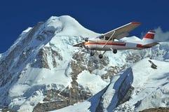Het vliegen in de bergen royalty-vrije stock fotografie