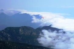 Het vliegen in de bergen Royalty-vrije Stock Foto's