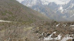 Het vliegen in de bergen in Nepal stock footage