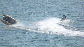 Het vliegen de rit van de banaanboot stock video