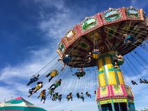 Het vliegen de ritten van schommelingscarnaval bij een lokale straatmarkt stock fotografie