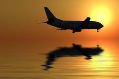 Het vliegen in de zonsondergang stock afbeeldingen