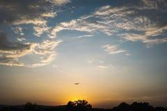 Het vliegen in de zonsondergang Royalty-vrije Stock Afbeelding