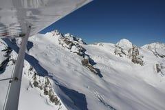 Het vliegen in de Zwitserse Alpen in de Winter Royalty-vrije Stock Afbeelding
