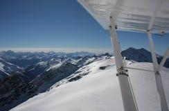 Het vliegen in de Zwitserse Alpen in de Winter Stock Afbeeldingen