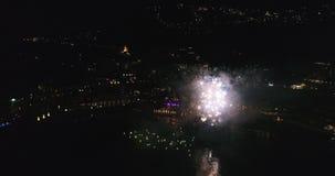 Het vliegen door de begroeting op de kust van Italië die de Antenne van de nachtstad 4K overzien stock video