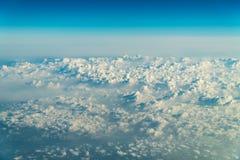 Het vliegen door Mooi Landschap van Aardewolken royalty-vrije stock afbeelding