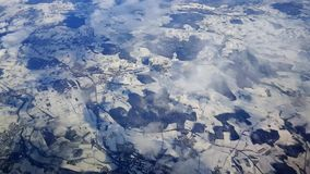 Het vliegen in een Luchtbus a-320 bij benaderend 10.000 voet over sneeuw behandelde Duits landschap naar Oostenrijk stock footage
