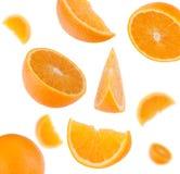 Het vliegen gesneden oranje fruitsegmenten Stock Afbeelding