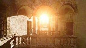 Het vliegen in het zonlicht romantische nostalgische architectuur stock videobeelden