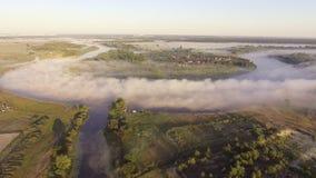 Het vliegen laag over de kalme rivier Dichte mist over het water stock videobeelden
