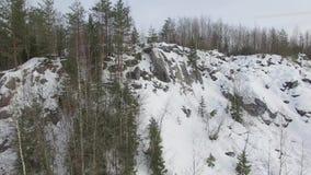 Het vliegen laag over snow-covered bevroren meer naar rotsachtige heuvel stock video