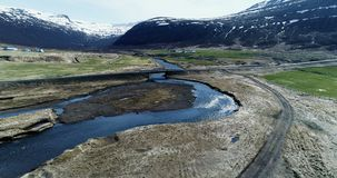 Het vliegen langs het eind van een fjord in IJsland stock videobeelden