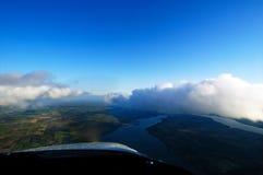Het vliegen met de Wolken Stock Afbeeldingen