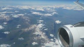 Het vliegen met vliegtuigen over bergen van Duitsland aan Kreta Griekenland stock videobeelden