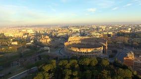 Het vliegen naar Colosseum als Coliseum of Flavian Amphitheater ook wordt bekend dat stock videobeelden