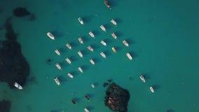 Het vliegen omhoog van boten in 4K stock videobeelden