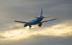 Het vliegen op de van de achtergrond zonsonderganghemel Luchtbus A319-111 (vq-BAS) van de luchtvaartlijn Rusland in de kleur van  Royalty-vrije Stock Fotografie