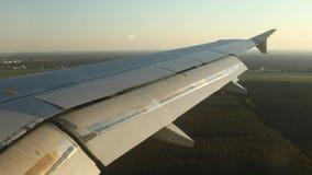 Het vliegen op een vliegtuig stock footage