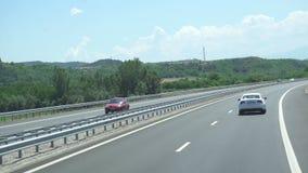 Het vliegen over Asphalt Road Driving op een Bergweg stock videobeelden