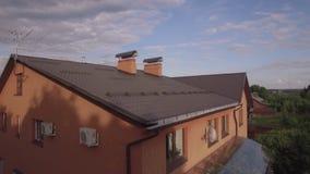 Het vliegen over baksteenhuis en platteland in Rusland stock footage
