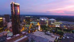 Het vliegen over commercieel stadscentrum van Atlanta bij schemer in realtime Georgi? de V.S. stock footage