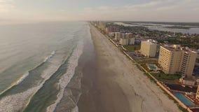 Het vliegen over Daytona Beach Florida die overzeese lijn tonen stock video