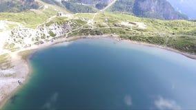 Het vliegen over de Alpen stock video