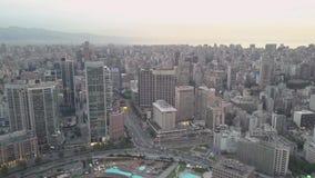 Het vliegen over de baaijachthaven van Beiroet Zaytunay en de stad in Hommelantenne die van Beiroet, Libanon, tijdens zonsonderga stock video