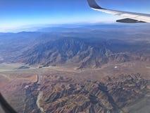 Het vliegen over de bergen royalty-vrije stock afbeeldingen